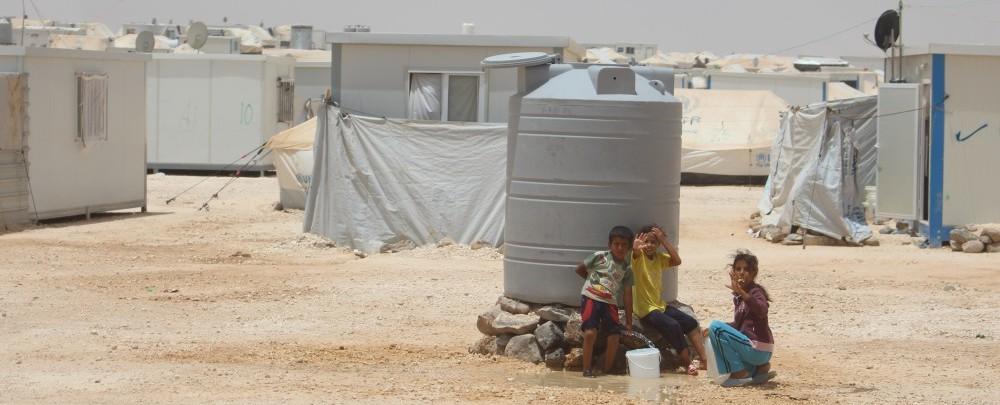bambini sui silos di acqua nel campo profughi di Al-Zaatari
